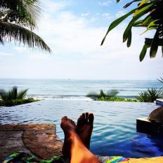 Hoy se nos ocurre estar en una piscina con vista al Oceáno Pacífico, como la de Tekuani Kal en El Tunco, La Libertad, por ejemplo. Foto @ethoms007/Instagram.