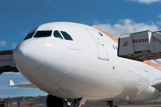 """Aerolínea española Iberia nombra """"El Salvador"""" a uno de sus aviones"""