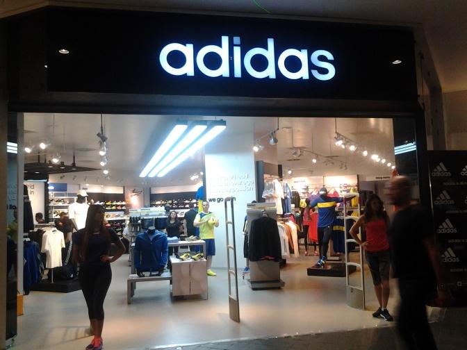 Adidas inaugura su sucursal más grande en El Salvador