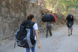 Caminata hacia uno de los puntos más altos del lago de Ilopango
