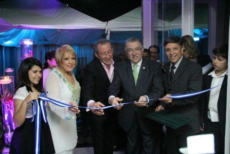 La reconocida Dra. Nancy Álvarez junto al ministro de turismo de El Salvador durante la inauguración de Stem Pro Cell, clínica de células madre.  Foto MITUR.