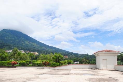 El lugar del encuentro es el hotel Crowne Plaza, que cuenta con una impresionante vista hacia el volcán de San Salvador. Foto Juan Borja