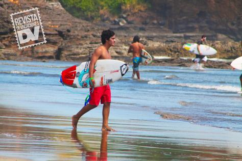 Hay clases de surf para los menos experimentados.